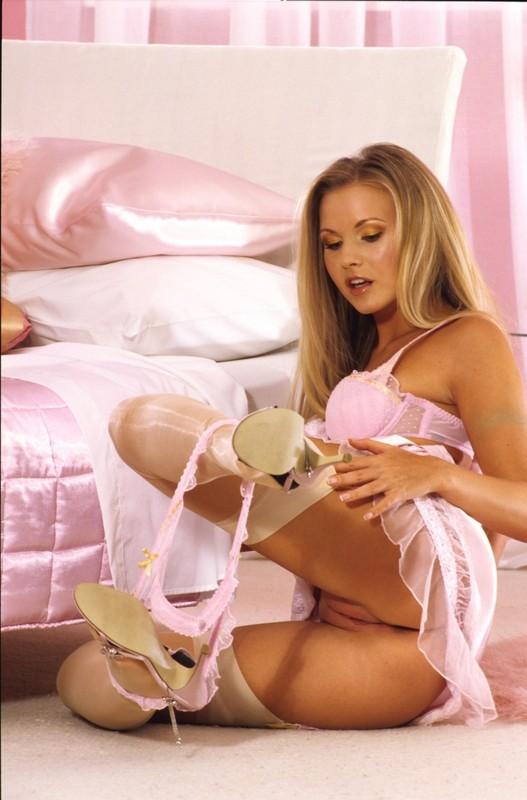 Возбужденная мадам снимает лифчик в розовой комнате
