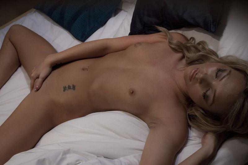 Голая девушка трогает письку дремая на кровати