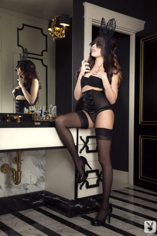 Мадам плейбоя в нижнем белье фотографируется на туалетном столике