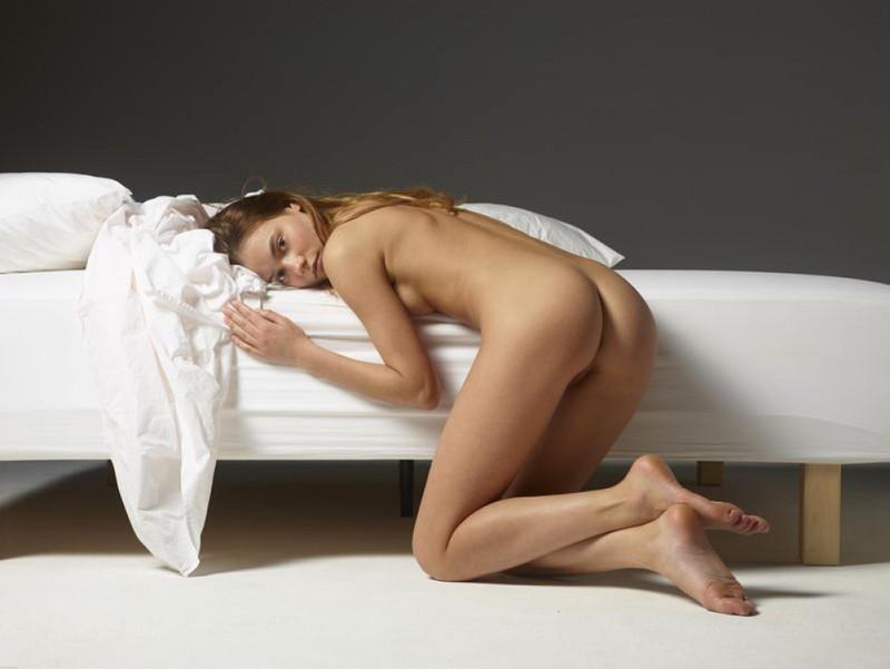 Сучка с роскошной сракой разминается без трусов после сна