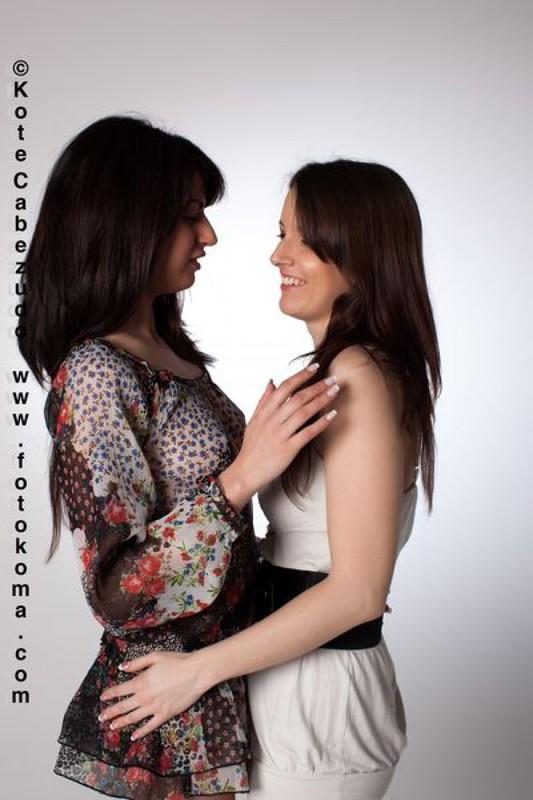 Лесбиянка лапает голую подругу в студии