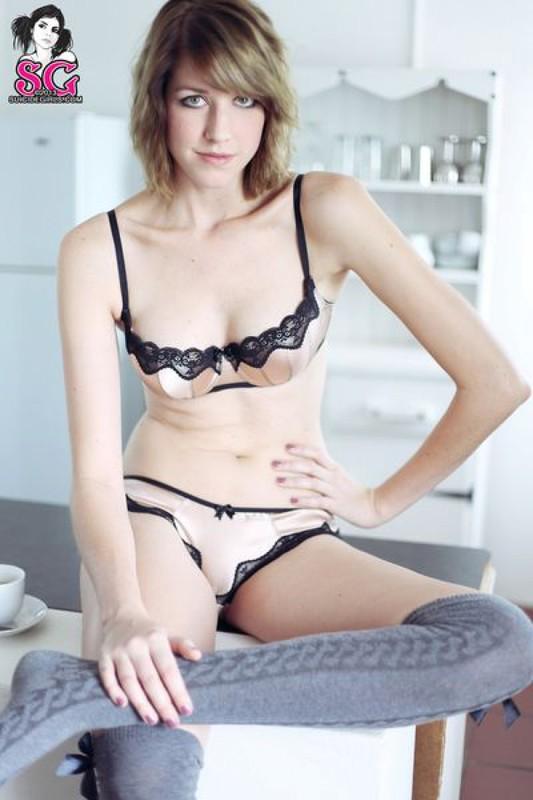 Сексапильная сучка сексуально хвастается на кухне в обнаженном виде секс фото