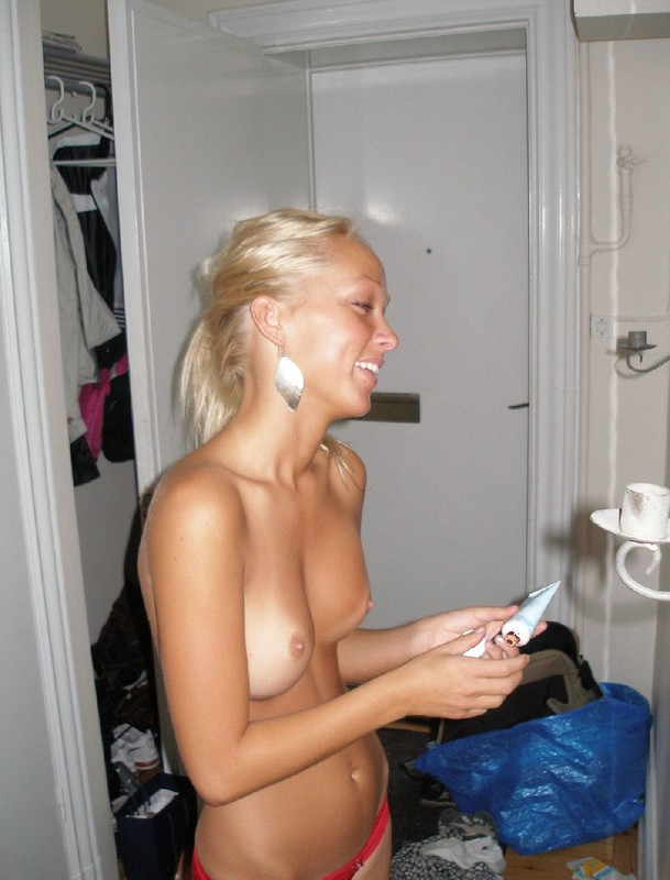В номере блондинка отдыхает в одних трусах