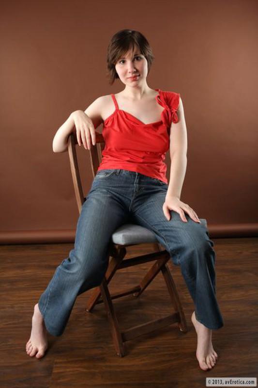 Баловница показывает интимные места сидя на деревянном стуле