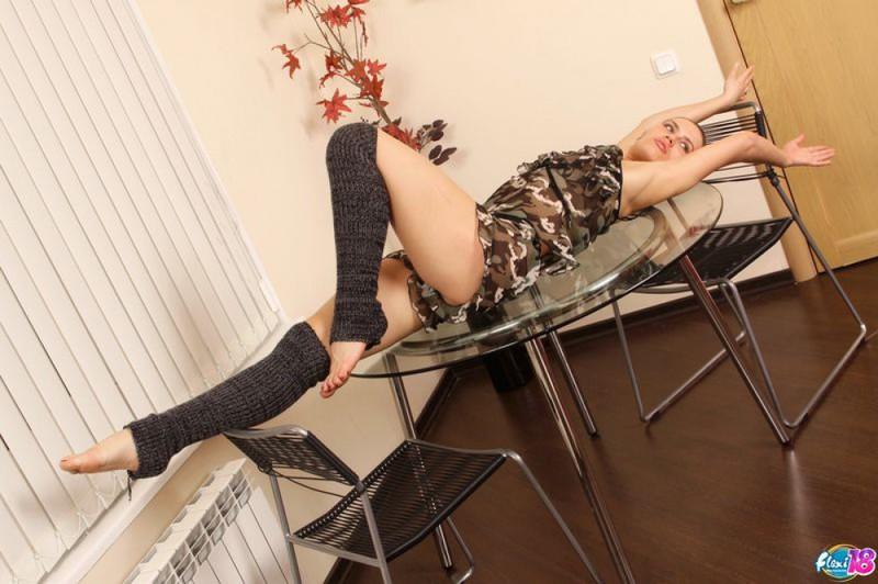 Нагая гимнастка фоткается на столе