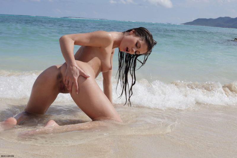 Сексапильная молодуха голышом отдыхает на берегу океана
