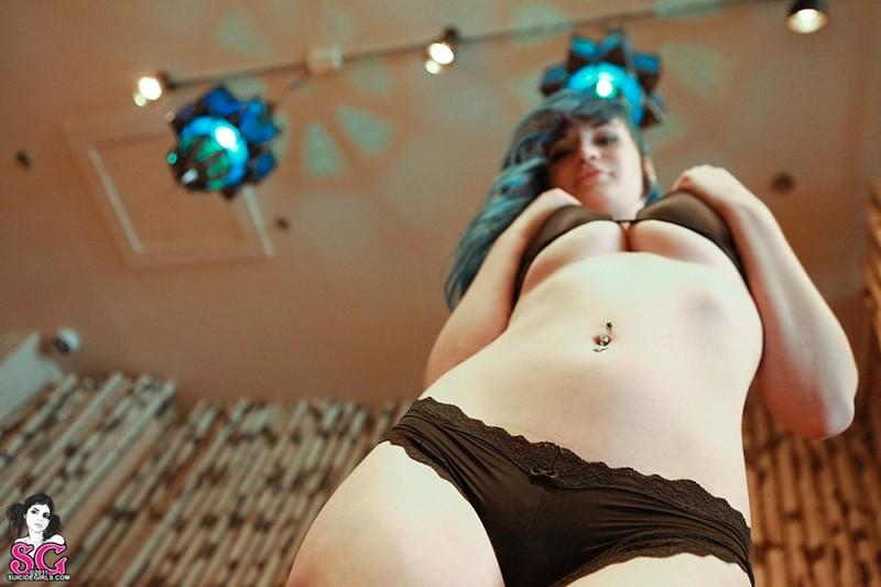 Синеволосая Мальвина без бикини фоткается в крупных апартаментах