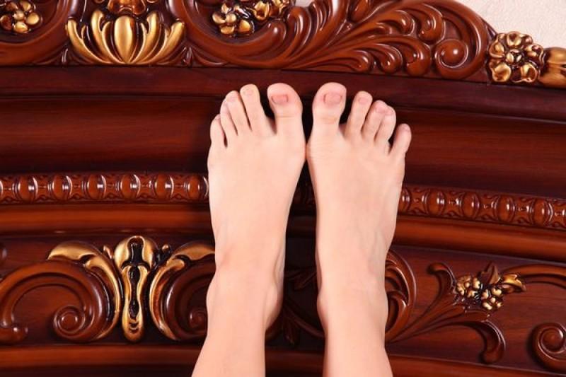 Рыженькая милашка оголила себя на роскошной постели