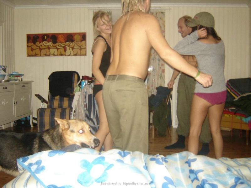 Пьяные чувихи выставила напоказ буфера на деревенской вечеринке секс фото