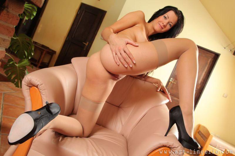 Хорошенькая брюнетка сексуально позирует на кресле смотреть эротику