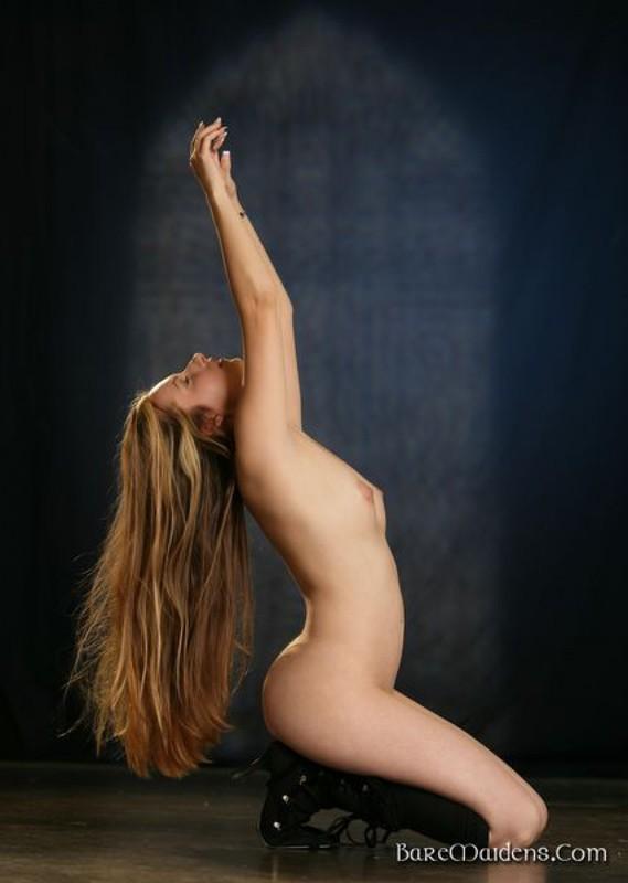 Сексуальная чаровница голышом позирует в студии
