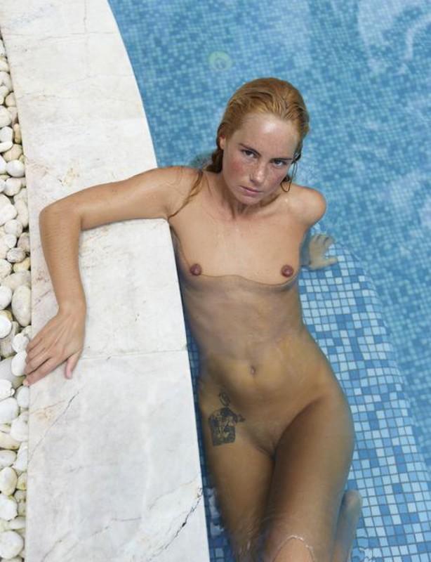Голая потаскушка купается в бассейне