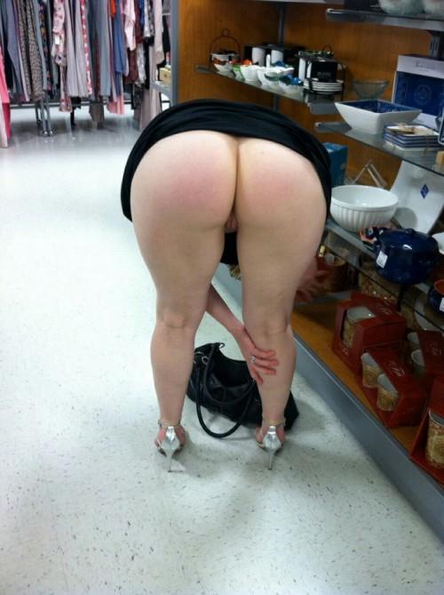 Чувихи задрали короткие юбки и продемонстрировали влажные щелки секс фото