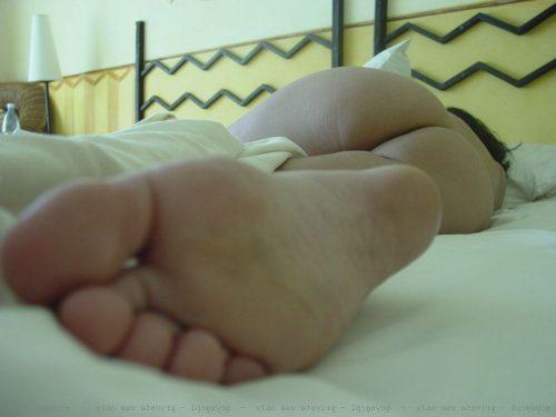 Муж снимает на камеру жопу спящей голышом жены