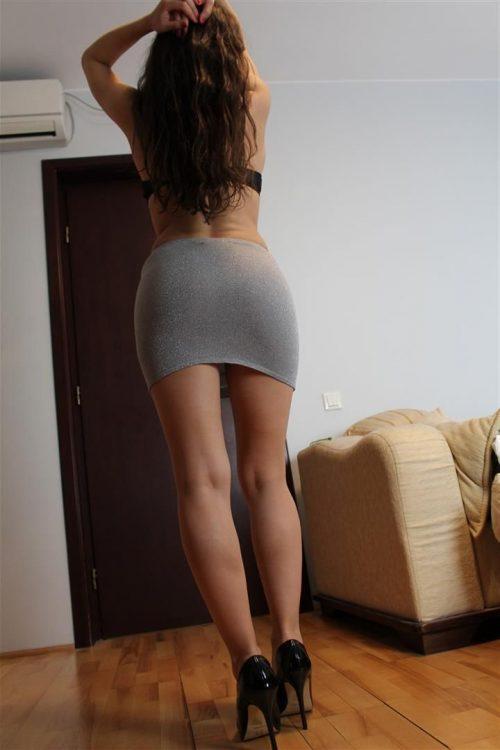 Молодая брюнетка сняла юбку и похвасталась красивыми ступнями