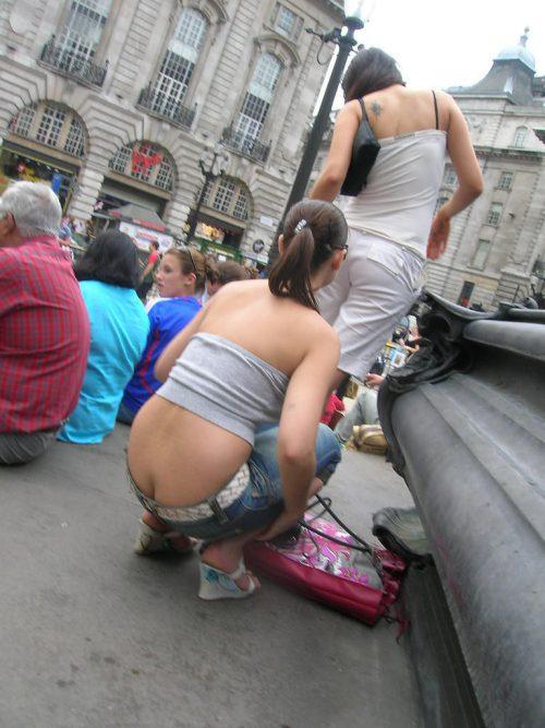 Девушки случайно засветили голые жопы на публике
