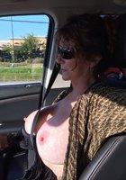 Мамочки показывают голые сиськи за рулем 9 фотография