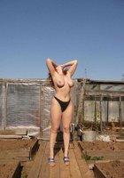 Тридцатилетние пошлячки в трусах светят голыми сиськами перед камерой 8 фотография