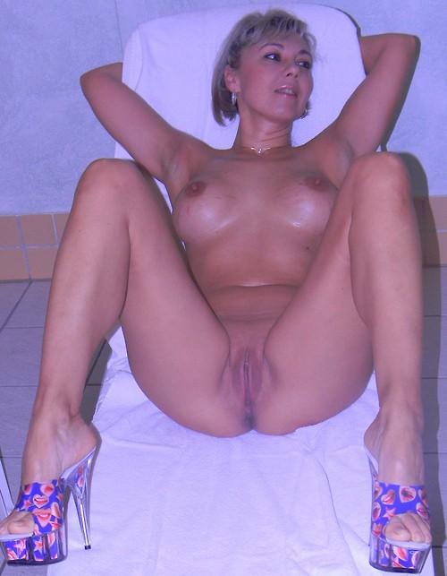 Грудастые тетки снимают бикини чтобы обнажать вульву на камеру