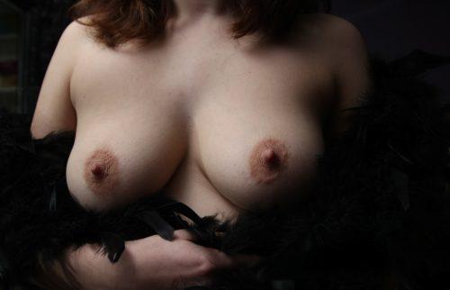 Жены оголили дойки и хвастаются набухшими сосками