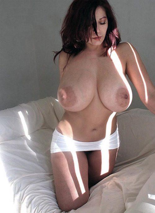 Пышнотелые леди с большим бюстом позируют для селфи