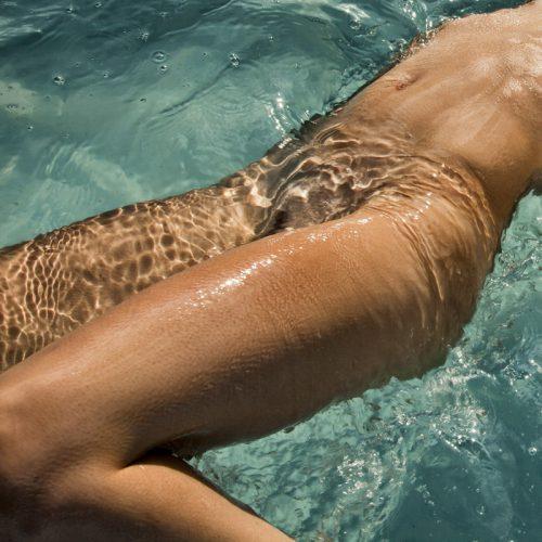 Голые пошлячки с гладкими письками намокли в бассейне