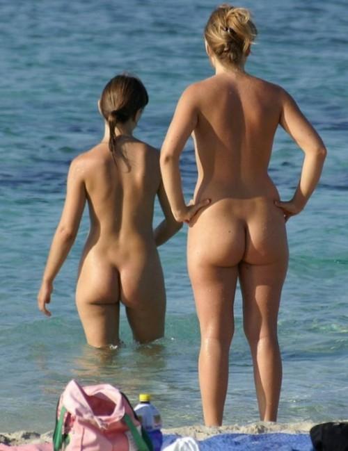 Девки сняли купальники и проветрили бритые письки на берегу моря