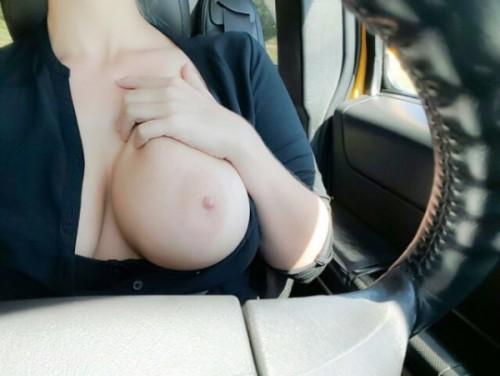 Девки за рулем авто показывают пышные дойки