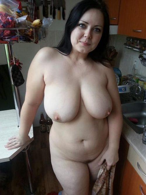 Замужние жирухи блистают крупным бюстом перед супругами