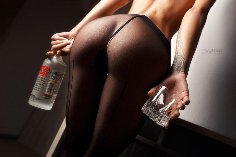Ухоженные топ-модели показала природные груди и красивые жопы секс фото