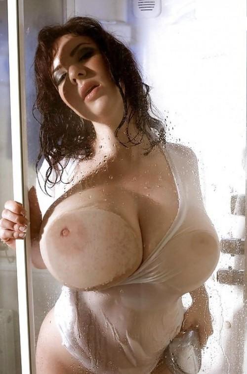 Мокрые телки дразнят огромными силиконовыми титьками