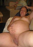 На кровати беременные жены показывают вытекающую из пилотки сперму 18 фотография