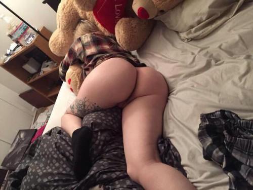 Дамочки с пухлыми ляжками спят голышом в спальне