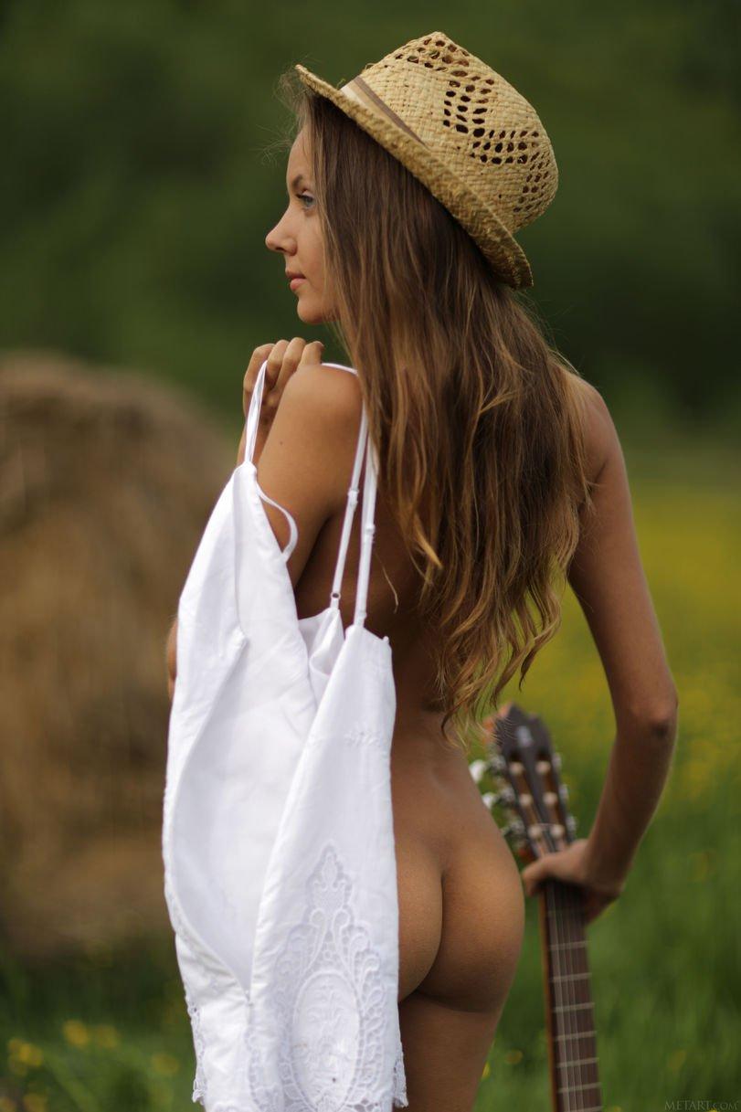 Тёлки демонстрируют пацанам обнаженные прелести крупным планом