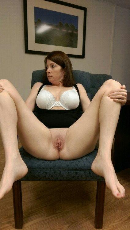 Девки без трусиков раздвинули ноги и подставляют разработанные влагалища