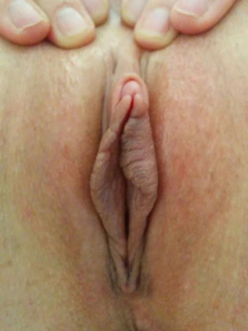 Телки раздвигают половые губы и показывают гладкие пилотки
