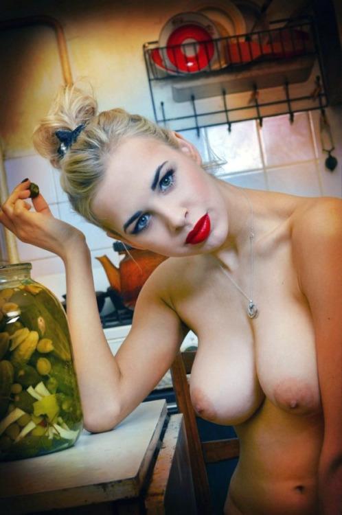 Жены соблазняют крупными буферами с набухшими сосками смотреть эротику