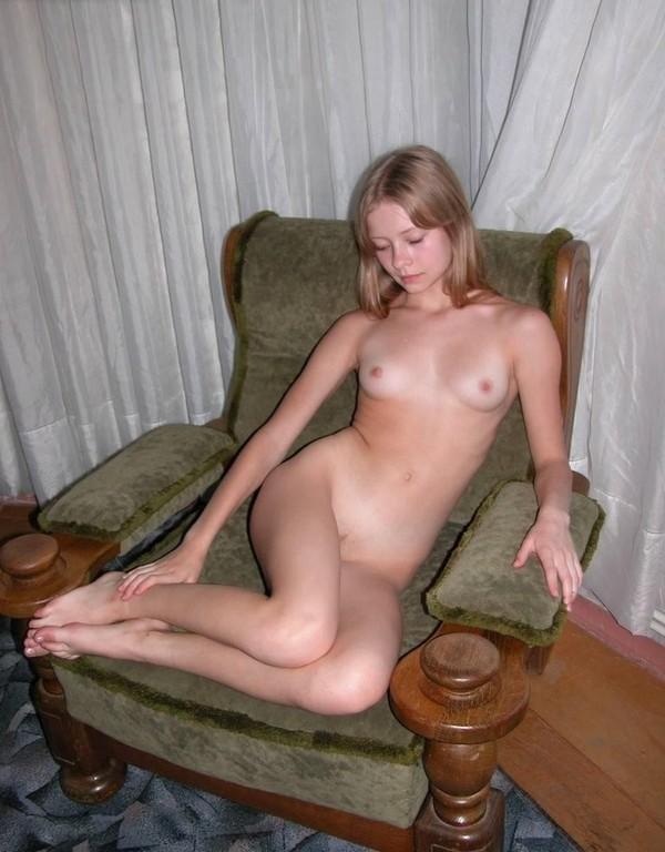 Давалки раздвигают ноги и показывают сочные киски смотреть эротику
