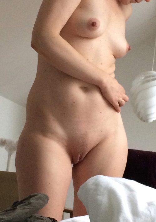 Обнаженные супруги с натуральными сиськами занимаются домашними делами секс фото
