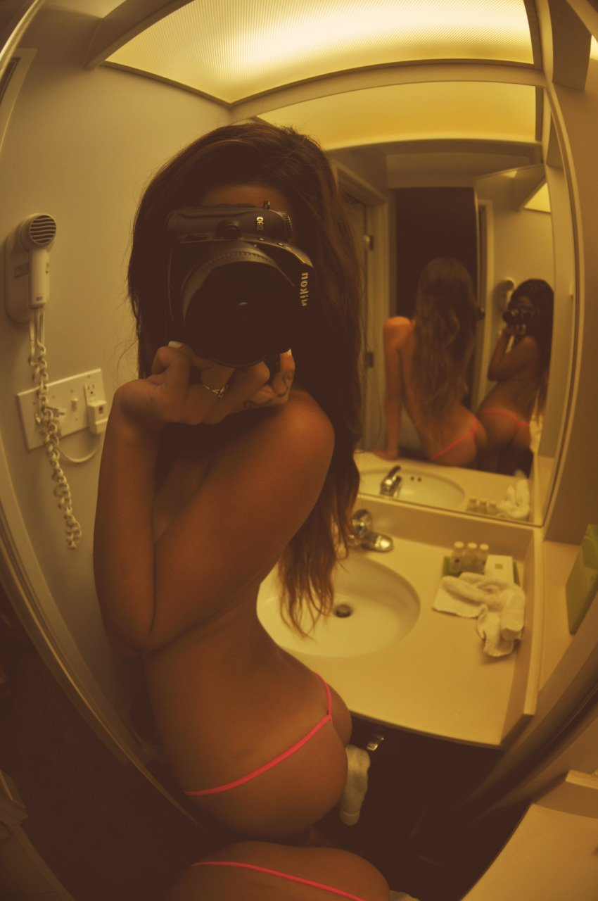 Чики с привлекательными попочками делают селфи перед зеркалом