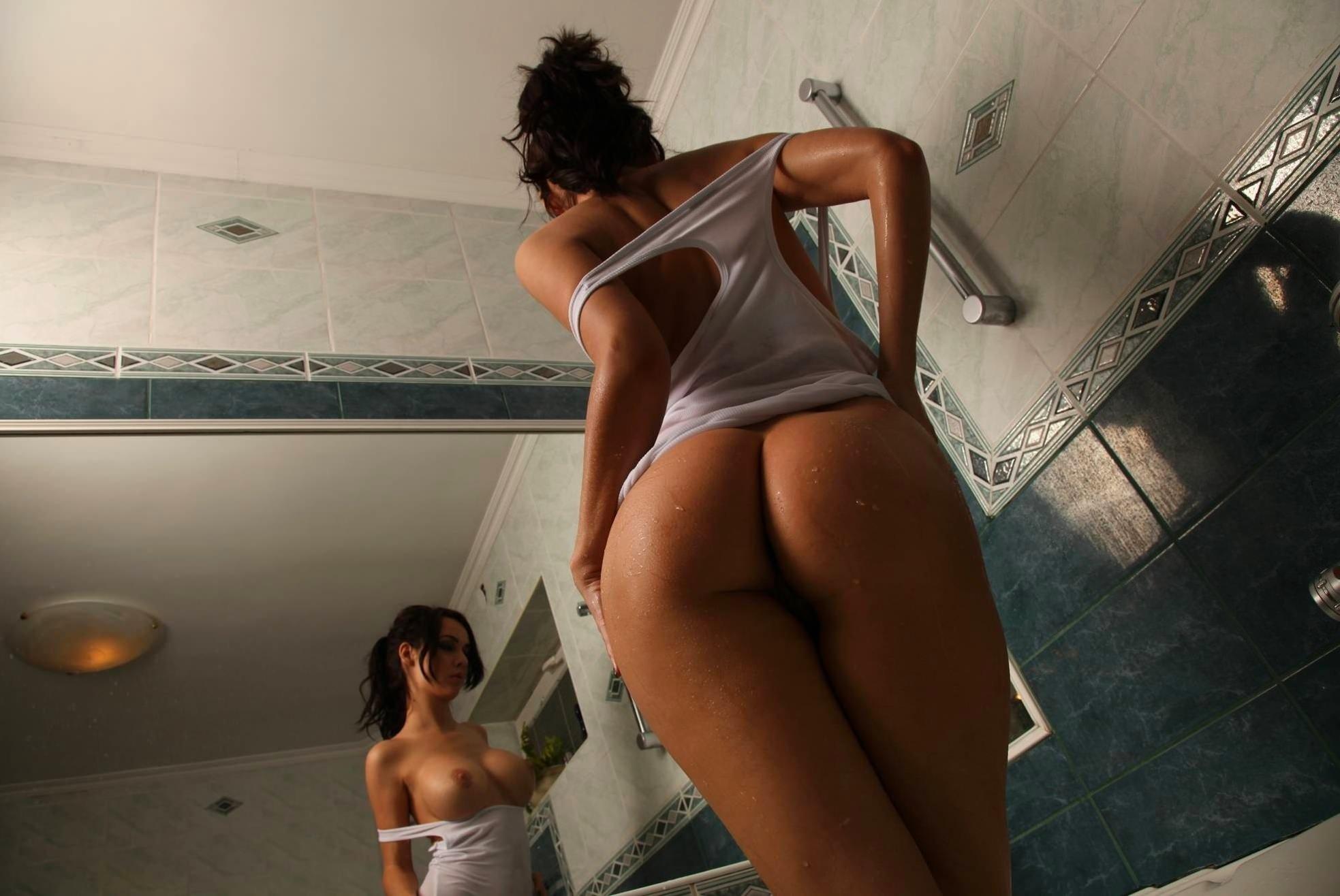 Девки перед крупным зеркалом любуются грудями и писями
