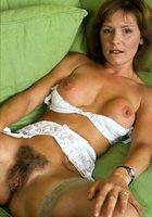 Жены выставляют напоказ небритые влагалища без трусов перед камерой 7 фотография