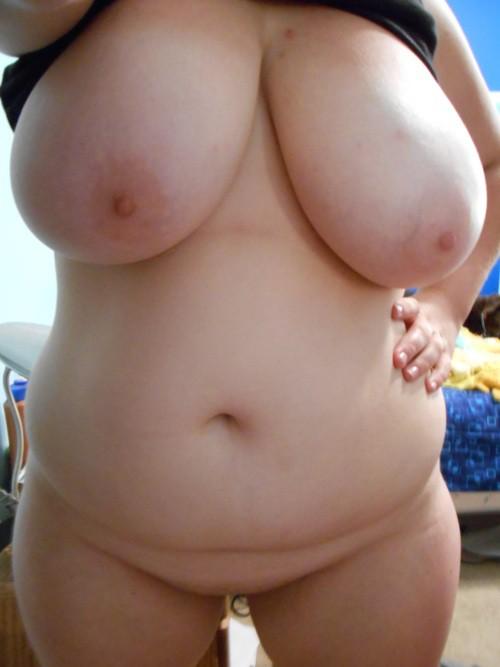 Толстухи вывалили большие натуральные бюсты и красуются ими