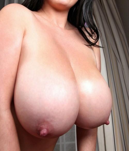 Красотки блистают крупными грудями на камеру