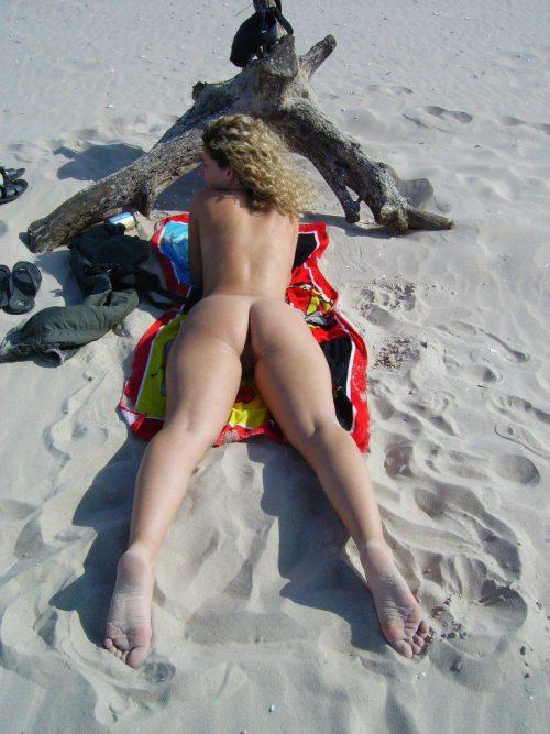 Красавицы в трусиках показывают приятные булки у моря
