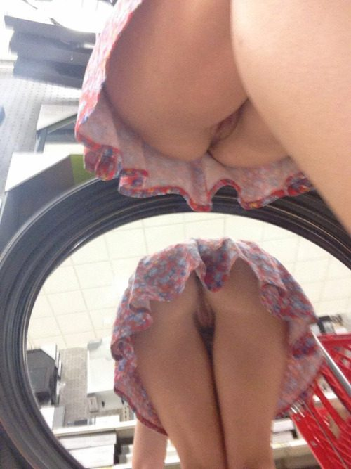 Молодые пошлячки показывают сочные дырки под юбками