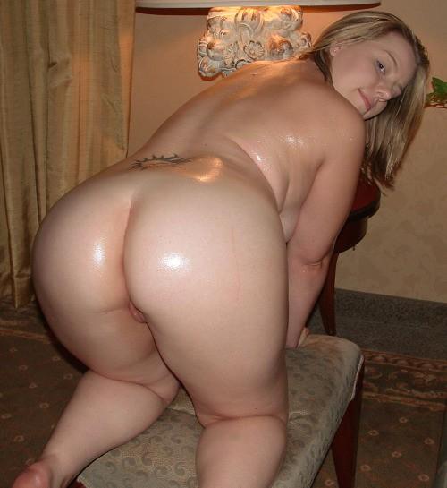 Вид сзади на громадные попки и нагие вагины барынь