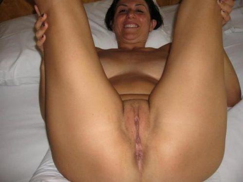 Полненькие зрелки с громадными грудями обнажаются в кровати