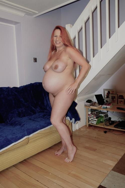 Беременные жены со стоячими сосками оголяют животы и письки