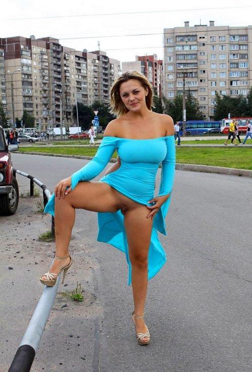 Блондинка Гуляет По Городу Без Трусиков Порно Фото